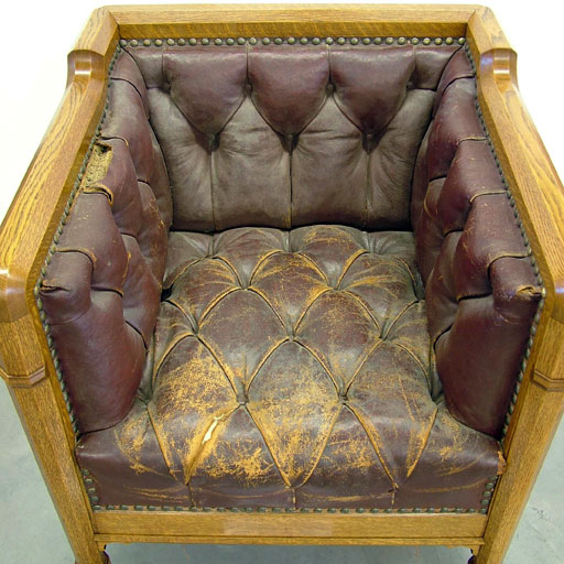 Photo fauteuil a capitons avant restauration