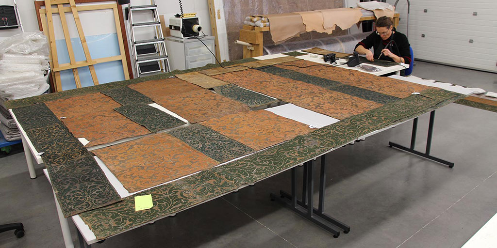 Photo 1 Conservation and reassembly of the panels in the workshop.