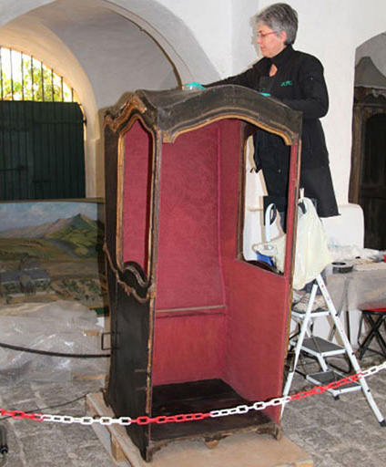 Photo 1 Cleaning of the sedan chair on site in the museum.